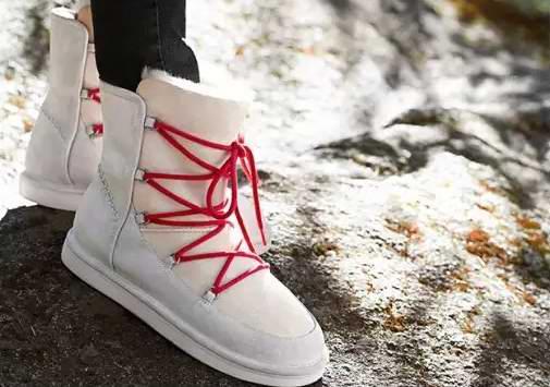 UGG Lodge 防水羊皮系带雪地靴 135元(7码,9码),原价 270元,包邮