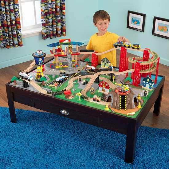 历史最低价!KidKraft 17976 机场快线木质轨道玩具+游戏桌100件套 179.99加元特卖并包邮!