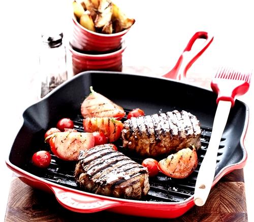 厨房中的LV!精选多款 LE CREUSET 铸铁珐琅单柄方型烤盘 168.75-191.25加元,原价 300加元,包邮