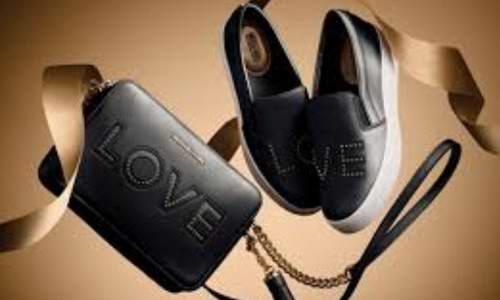 Michael Kors Ginny Love 系列相机斜挎包 171加元(黑/粉色),原价 228加元,包邮
