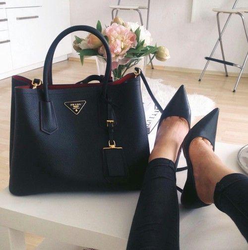 太好搭配衣服了!Prada Double Saffiano杀手包 黑色款 2698加元,原价 3290加元,包邮