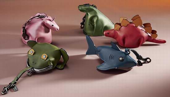 萌态十足!精选4款 COACH Coin Pouch 超可爱 恐龙系列 真皮零钱包5.2折 57.75加元!