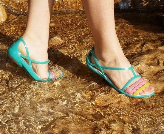 Crocs 卡洛驰洞洞鞋 精选成人儿童春夏系列鞋靴、凉鞋等特价销售!额外7.5折!图示款折后22.49加元!