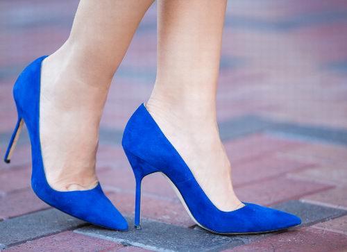 女星们都是它的狂热追求者!Manolo Blahnik 钻扣平底鞋、BB Pumps系列高跟鞋、凉鞋 4折 370加元起特卖!
