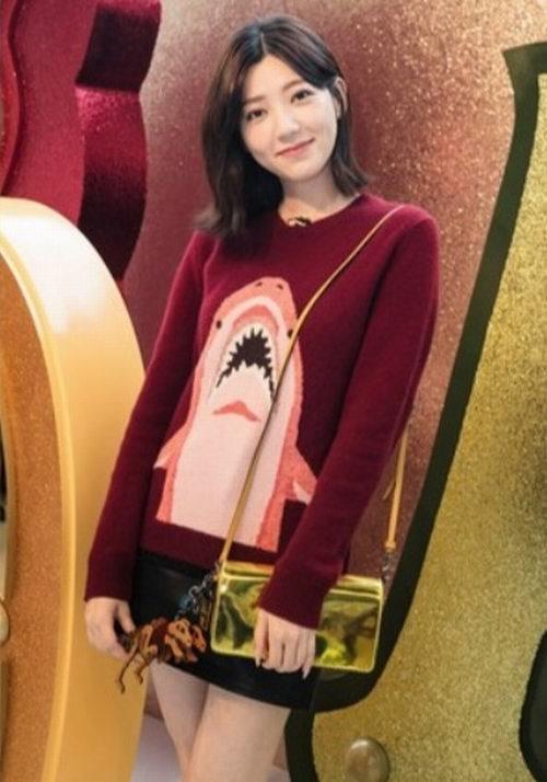 郭雪芙同款!COACH 鲨鱼图案酒紅色针织毛衣 247.5加元,原价 495加元,包邮