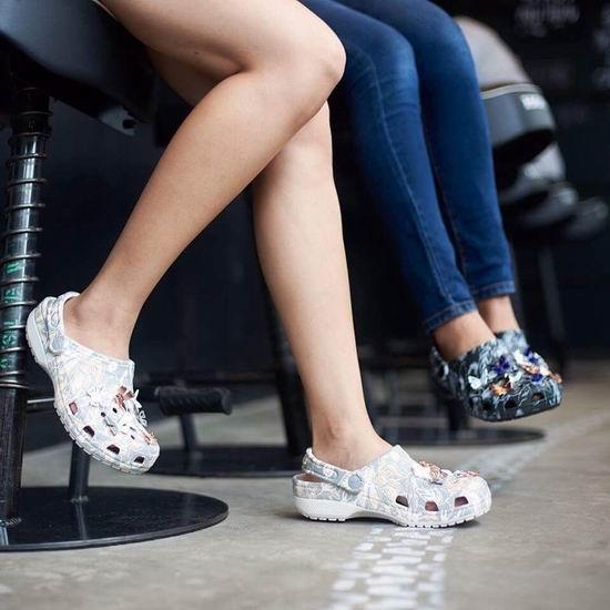 折扣升级!Crocs 卡洛驰洞洞鞋 精选鞋靴全部仅售20-30加元,额外变相再打6折!