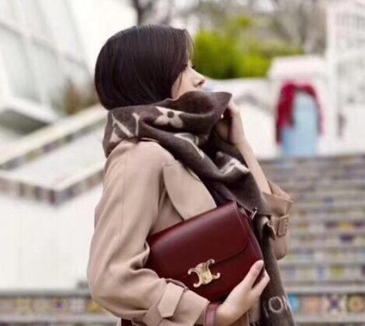 每个女人都想拥的经典包!Céline笑脸包、秋千包、Box包等经典美包 火热在线销售!入2019新款双C锁扣手袋!