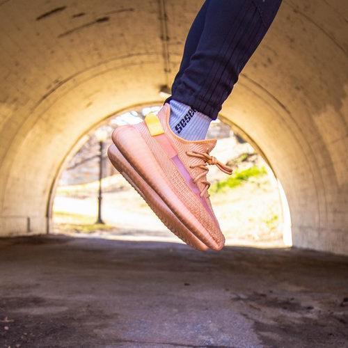 """新色发售:""""海盐"""" 半透明 Yeezy Boost 350 V2运动鞋  3月30日 8点30分开抢!"""