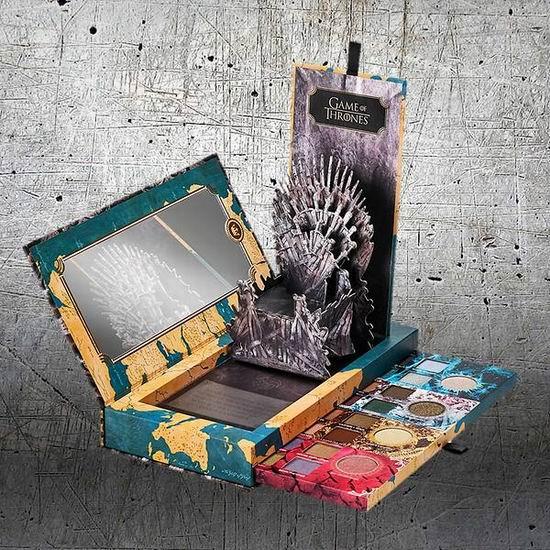 手慢无!URBAN DECAY Game of Thrones 权力的游戏 联名彩妆 20色眼影盘 、龙之母高光盘变相7折!