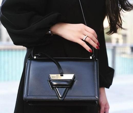 景甜同款!LOEWE Barcelona黑色小号三角包 1757加元特卖!