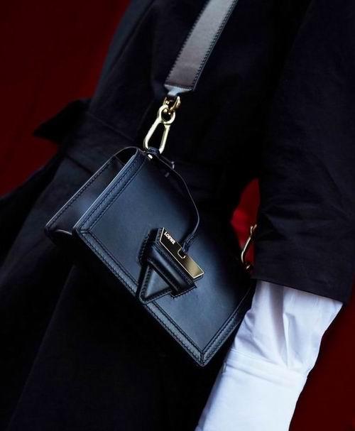 阿娇同款!LOEWE Barcelona黑色三角包 1757加元,官网价 3150加元,包邮