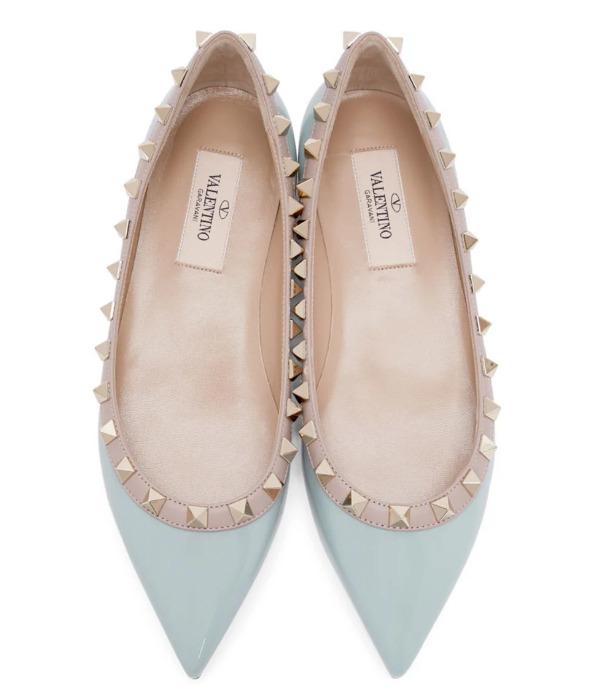 Valentino Garavani Rockstud蓝色漆皮铆钉芭蕾舞鞋 635加元,官网价 860加元,包邮