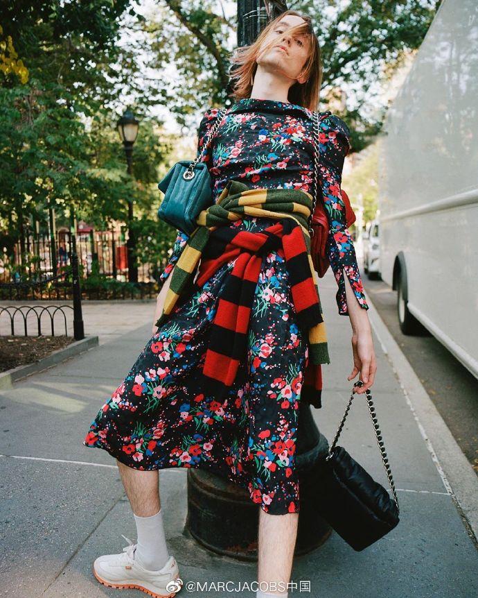手慢无!Marc Jacobs 小马哥 Pillow枕头包 黑色款  524加元,原价 655加元,包邮