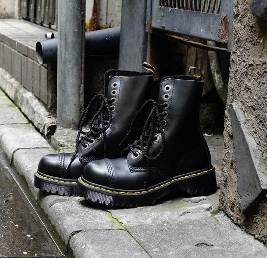 Dr. Martens 8761 BxB 10眼 中性马丁靴 134.75加元,原价 214加元,包邮