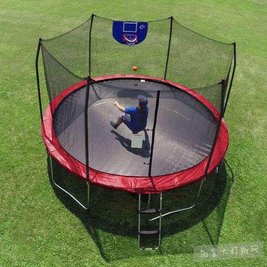 销量冠军!Skywalker Trampolines Jump N' Dunk 12英尺 带保护罩+篮球框 红色封闭蹦床8折 296.08加元包邮!