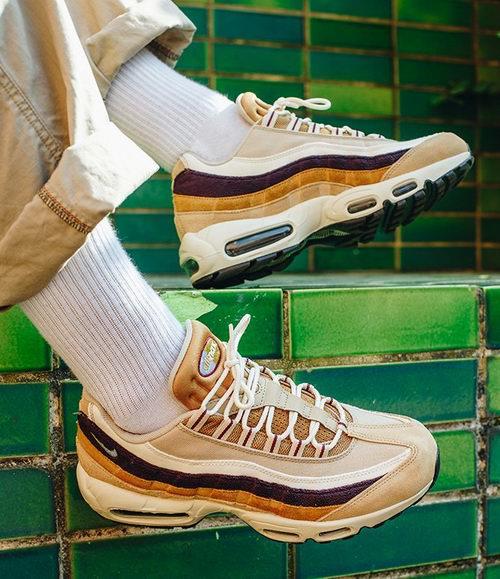 Nike Air Max 95 Premium男子气垫跑步鞋运动鞋 137.99加元(原价 230加元),另一款百搭黑白运动鞋160.99加元特卖
