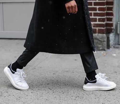 Alexander McQueen经典女款黑尾小白鞋 550加元,原价 650加元,包邮