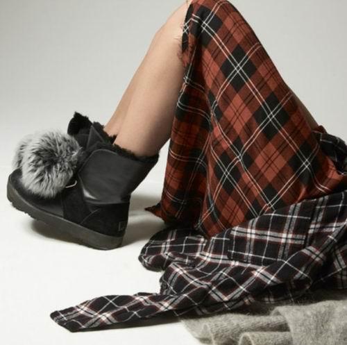 UGG Isley Pom 毛毛球皮质雪地靴 黑色款 210.8加元(6/7码),原价 300加元,包邮