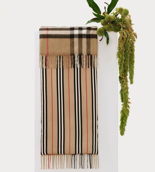 精选 Burberry 经典羊绒围巾 4.8折 249美元起特卖!
