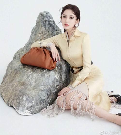 娜扎同款!Bottega Veneta The Pouch 云朵包 2416加元起(4色),官网价 3786加元,包邮