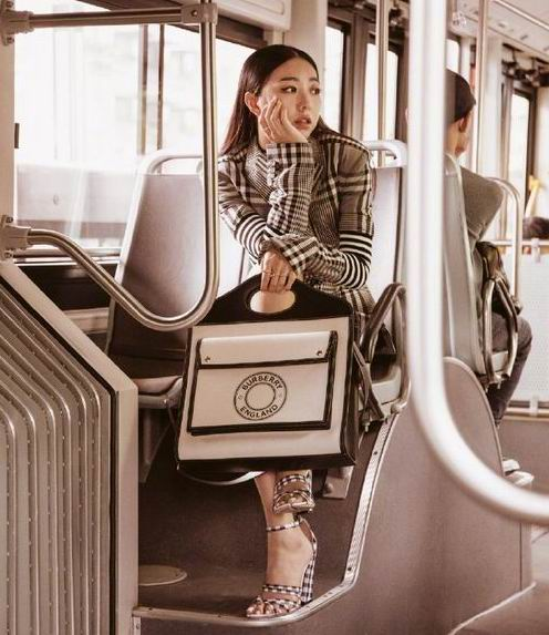 Luisaviaroma 正价设计师品牌6折+无关税及消费税:BOYY 手提包 487.8加元、Burberry爆款口袋包 1232加元、ROGER VIVIER 方扣鞋 591加元、Bally Janelle乐福鞋480加元、GCDS 大LOGO毛衣 378加元