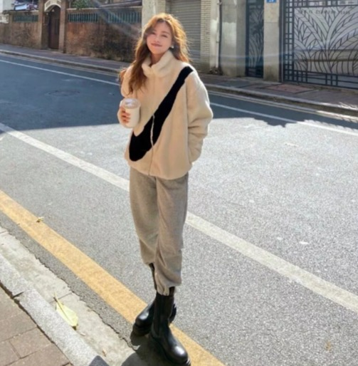 引发全球潮流时尚爱好者的追捧!Nike 大LOGO人造皮草夹克 215加元,2色可选