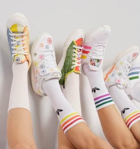 adidas Originals 全新Pride 2021系列开售:拼色短裤65加元、拼色运动鞋 90加元、刺绣小花运动鞋130加元